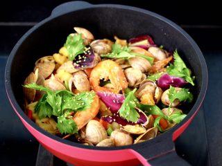 海鲜杂蔬麻辣香锅,大火翻炒均匀即出关火,撒上白芝麻即可食用啦。