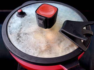 海鲜杂蔬麻辣香锅,盖上锅盖大火烧开。