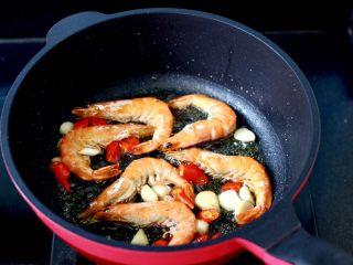 海鲜杂蔬麻辣香锅,把虾煎制两面通红后。