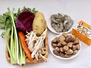 海鲜杂蔬麻辣香锅,首先备齐所有的食材,土豆切条,芹菜切段,紫甘蓝斯撕片备用,飞蛤提前用淡盐水浸泡吐沙洗净备用。