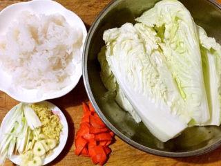 白菜炖豆腐,准备原材料白菜、魔芋、胡萝卜、葱、姜、蒜