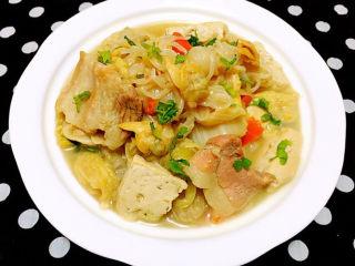白菜炖豆腐,营养丰富的五花肉蚬子魔芋炖白菜豆腐装入容器中撒上香菜提鲜