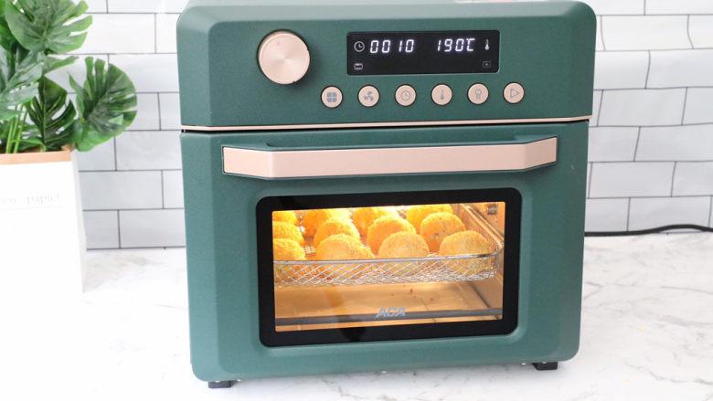 爆浆芝士土豆球,放入预热好的ACA空气炸烤箱,空气炸程序190度烤8-10分钟左右即可