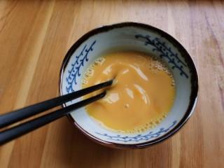 白玉菇鸡蛋汤,鸡蛋打入碗里,用筷子搅散。
