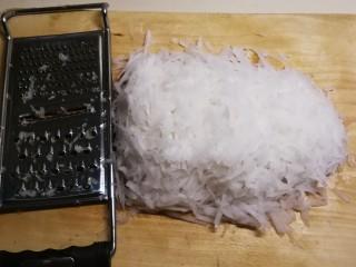 广式萝卜糕,白萝卜去皮 用擦丝器擦成丝