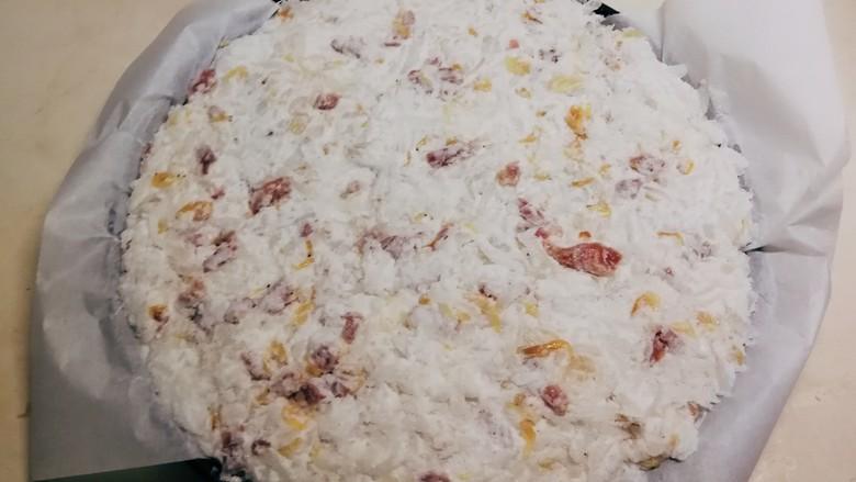 广式萝卜糕,糕盘铺上油纸 将拌好的萝卜米糊填满糕盘