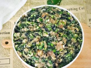 白菜虾仁韭菜猪肉饺子,放进冰箱冷藏一下,开始准备饺子皮