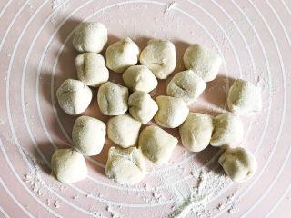 白菜虾仁韭菜猪肉饺子,切成大小均匀的小剂子