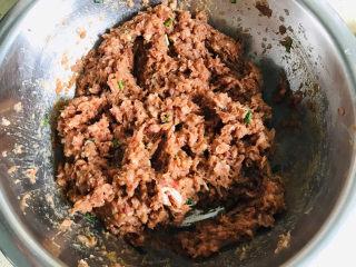 白菜虾仁韭菜猪肉饺子,倒入适量的玉米油、料酒和老抽,搅拌均匀