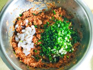 白菜虾仁韭菜猪肉饺子,将清洗干净的葱花加入肉馅中,同时加入已经腌制好的虾仁