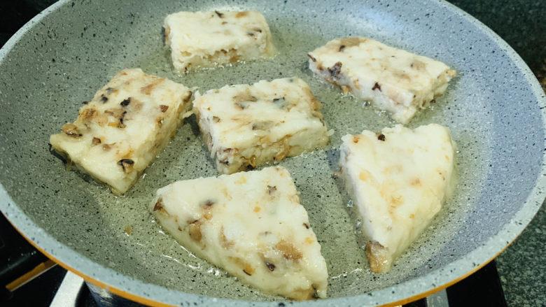 广式萝卜糕,锅加食用油,烧热,加入萝卜糕,煎两面黄,起锅