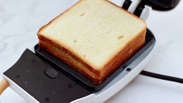 鸡蛋蜜豆热压三明治,上面再盖上一片吐司。