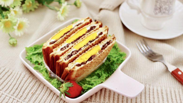 鸡蛋蜜豆热压三明治,搭配上咖啡或是喜欢的茶都是棒棒滴。