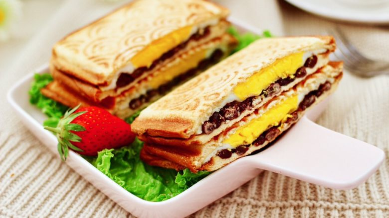 鸡蛋蜜豆热压三明治,香脆可口又甜甜糯糯,好吃到爆。