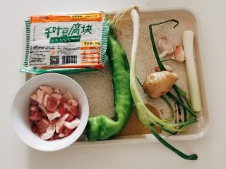 干锅千叶豆腐,食材准备好 五花肉切片