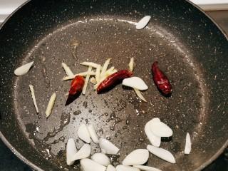干锅千叶豆腐,油锅留有少量底油继续加热 放入干辣椒 姜丝 蒜片翻炒出香味