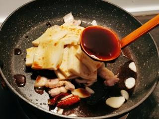 干锅千叶豆腐,倒入蚝油增香