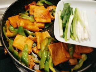 干锅千叶豆腐,放入葱段 翻炒均匀 关火
