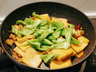 干锅千叶豆腐,放入青椒翻炒