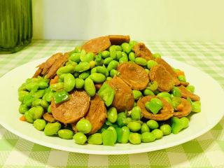 麻辣肠炒毛豆,出锅装盘