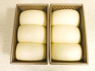 手撕吐司,放在发酵箱里,温度35度,湿度75%左右进行一次性发酵,发至六成就可以了,面团最高点离磨具顶部差约3厘米即可