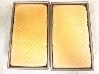 手撕吐司,提前预热烤箱,盖上吐司盖子,移至烤箱里,190度烤制40分钟左右就可以关火了