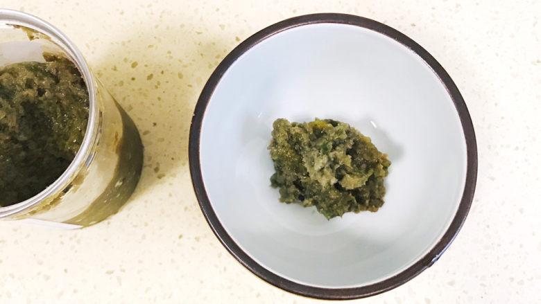 家乡小吃—焖子,舀两勺韭菜花酱倒入碗里