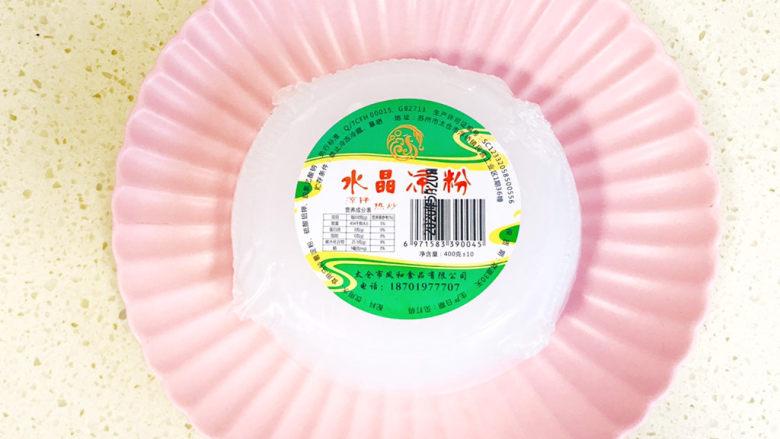 家乡小吃—焖子,我用的是这种水晶凉皮,它是土豆粉做的,其实家乡的焖子是用地瓜粉做的,两者都可以