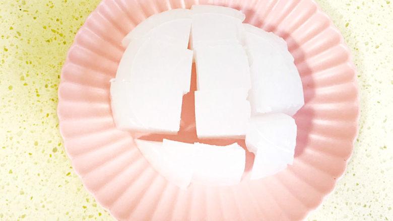 家乡小吃—焖子,凉粉切成大小均匀的块