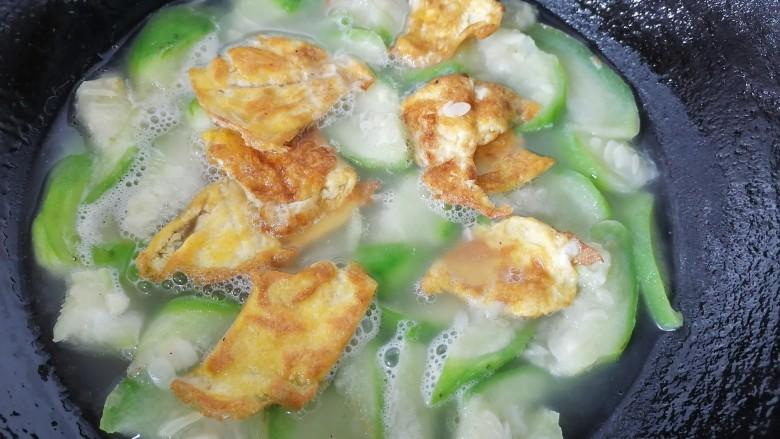 丝瓜蛋汤,水沸腾后将鸡蛋放入一同煮