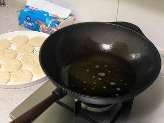 """相传端午节吃""""煎堆""""能补天,既有嚼劲又香甜,锅中倒入花生油,这个量最好控制在可以没过糯米饼。"""