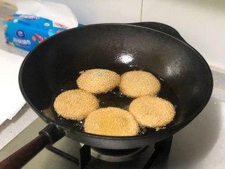 """相传端午节吃""""煎堆""""能补天,既有嚼劲又香甜,期间用漏勺翻几次面,不要过于频繁去翻,一直炸到颜色变至金黄就可捞出来了。"""