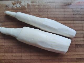 胡萝卜炒肉丝,茭白洗净,切去尾部老的一部分,用削皮刀削掉尾部的老皮