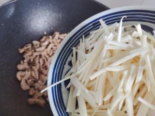 胡萝卜炒肉丝,加入茭白