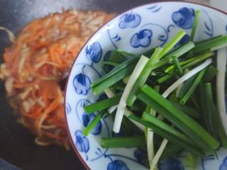胡萝卜炒肉丝,加入小葱,翻炒均匀即可