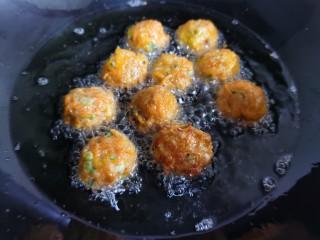 炸胡萝卜丸子,等丸子炸到微黄定型后,捞出控油。