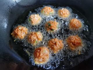 炸胡萝卜丸子,锅里放油,油温不要太热,放入萝卜丸子炸制。一开始炸油温太高,会造成丸子表面发焦里面不熟。