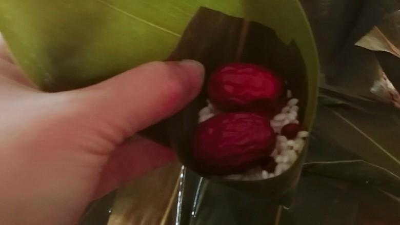 红豆粽子,再放一层红枣。