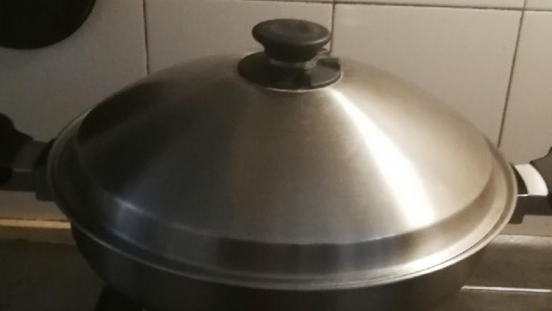 红豆粽子,放入锅中,注入清水 水量盖过粽子 大火烧开转中小火闷煮40到60分钟左右 关火焖两个小时,会更加软糯。