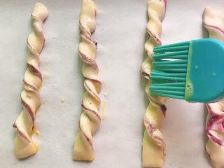 紫薯扭扭酥,轻轻刷一层蛋液