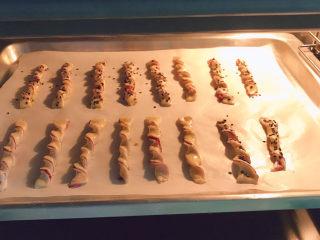 紫薯扭扭酥,放入提前180度预热的烤箱中层