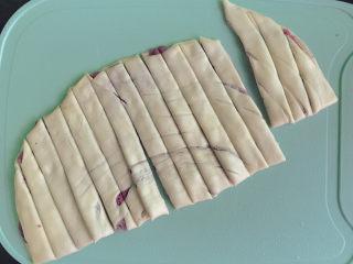 紫薯扭扭酥,切成1cm左右的条