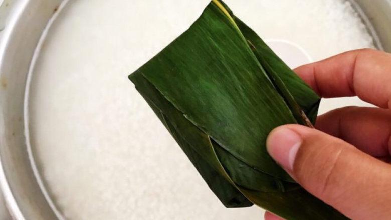 红豆粽子,再把粽子叶的前段折过来