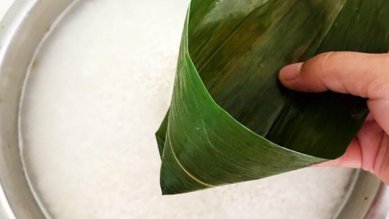 红豆粽子,取一个粽子叶,折成桶装