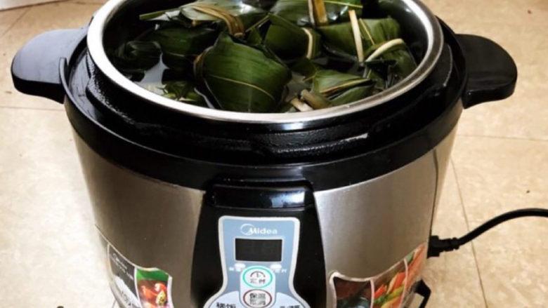 红豆粽子,把粽子放入压力锅,水与粽子持平
