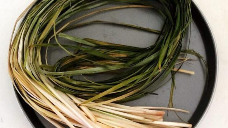 红豆粽子,马莲用温水浸泡2小时后清洗干净备用