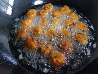 炸胡萝卜丸子,将锅里的油温升高,进行第二次复炸。