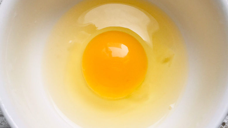丝瓜蛋汤,碗中打入一个鸡蛋~