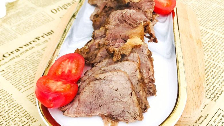 五香酱牛肉,用刀切成一片片的就可以上桌开吃了
