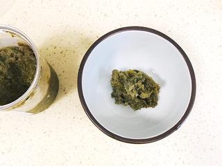 清爽美味的香肠凉皮拌黄瓜,韭菜花酱舀出来,倒入碗里